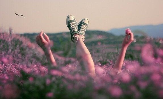 Pessoa deitada em campo de flores