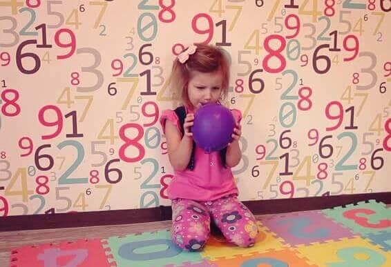 Menina enchendo balão