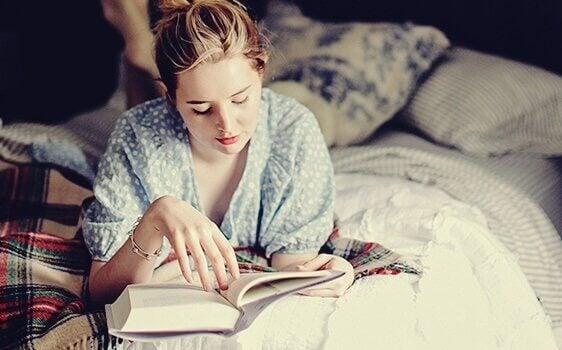 Ler antes de dormir: um costume que seu cérebro adora