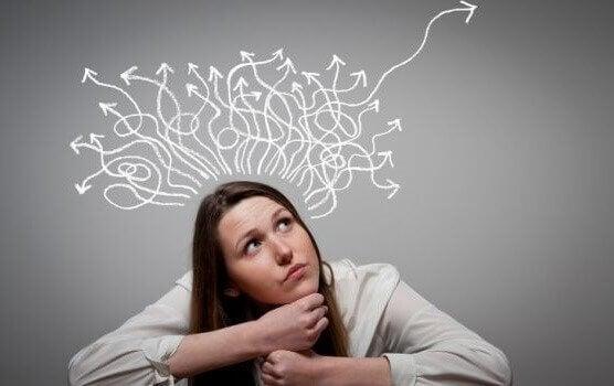 Mulher lidando com pensamentos conflitantes