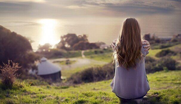 Mulher em paisagem calma e relaxante