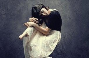 Esconder as emoções: a cota silenciosa de sofrimento