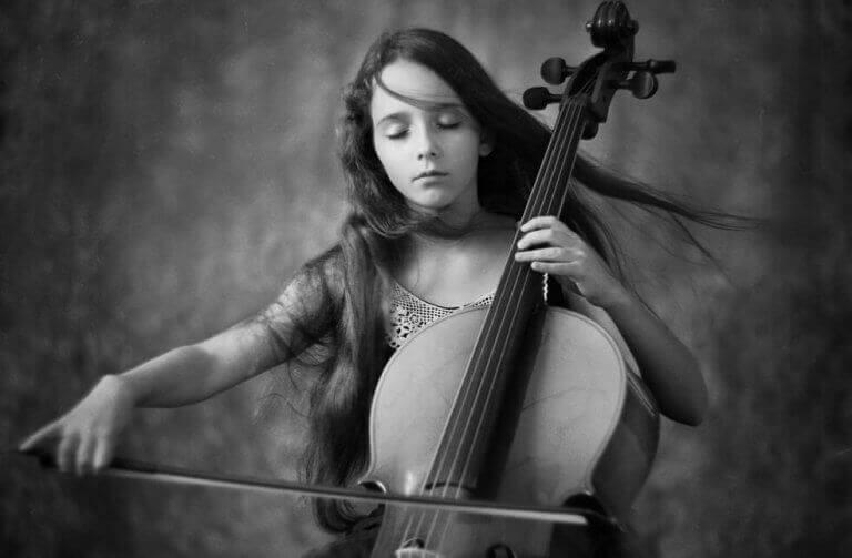 Menina tocando instrumento