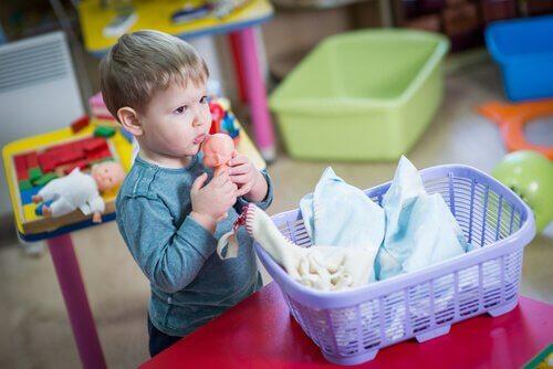 Criança brincando com boneco