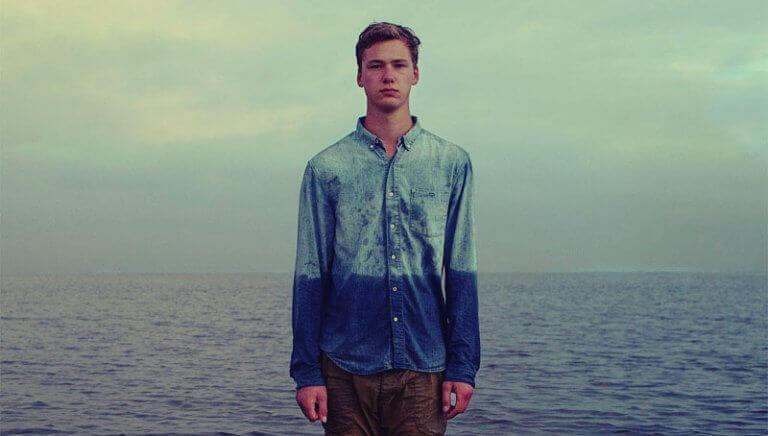 Homem com camisa imitando o mar