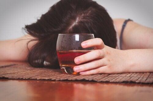 Mulher com problemas de alcoolismo