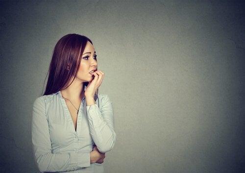 Mulher ansiosa e nervosa