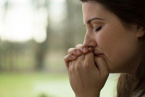 Mulher adulta chorando