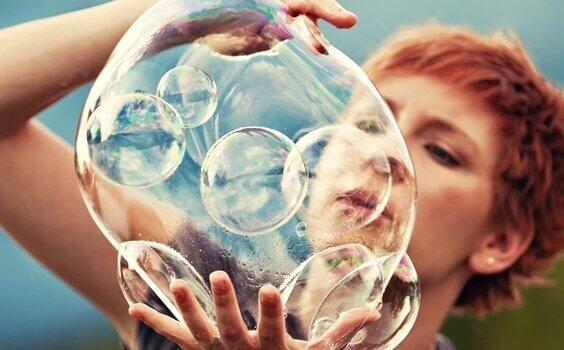 Mulher com bolha de sabão