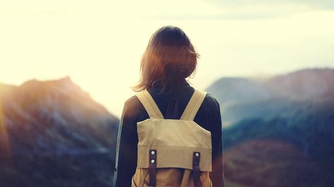 Mulher viajando com mochila