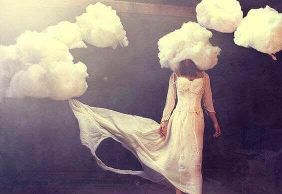 Mulher com nuvens na cabeça
