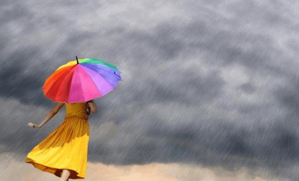Mulher com guarda-chuva colorido