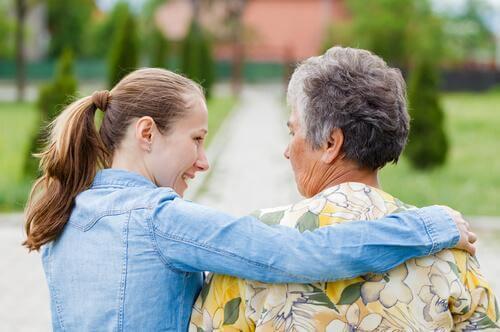 Mulher cuidado de sua avó