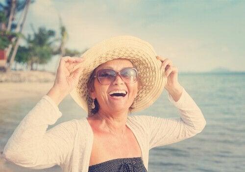 Mulher feliz na menopausa