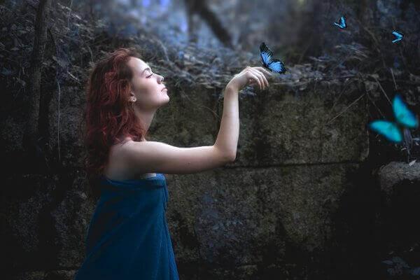 Mulher com borboletas azuis