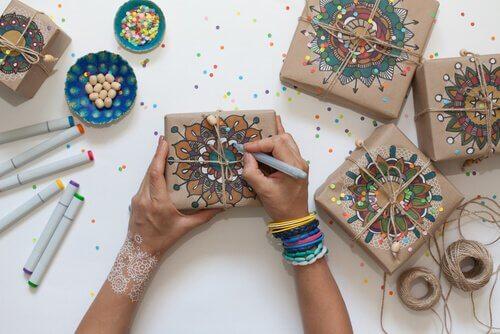 Benefícios de desenhar e colorir mandalas