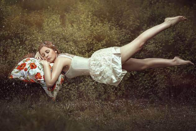 Mulher dormindo e flutuando