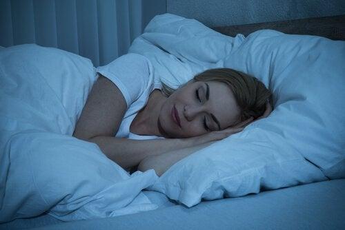 Mulher dormindo profundamente