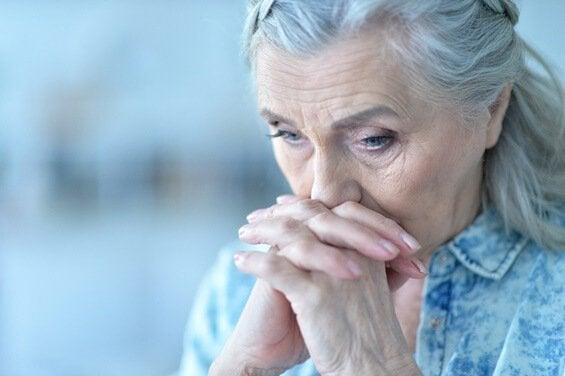 Mulher idosa preocupada
