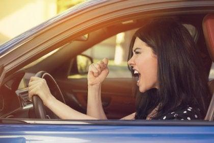 Mulher com raiva ao volante
