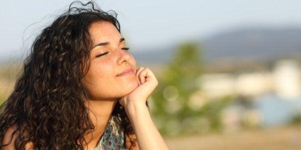 Mulher feliz respirando ar puro