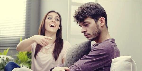 Mulher fazendo piada com homem