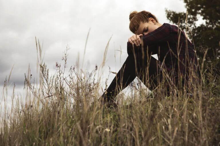 Mulher triste no campo