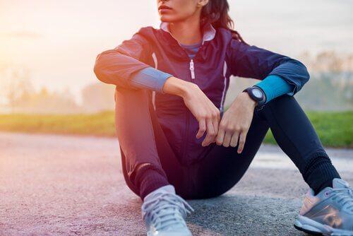 Mulher descansando após fazer exercícios