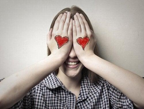 Mulher apaixonada tampando os olhos