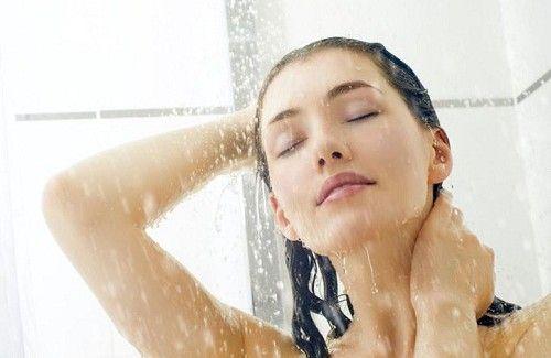 Mulher tomando banho