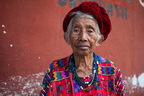 Senhora com roupa colorida