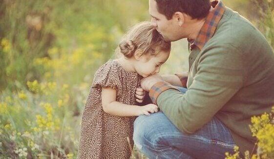 Pai dando beijo em sua filha