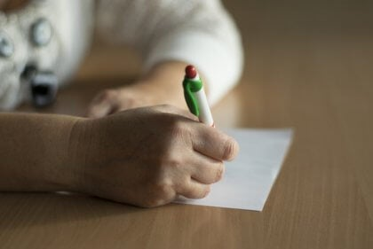 Pessoa escrevendo para expressar sentimentos