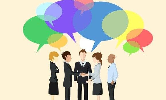 Colegas de trabalho conversando