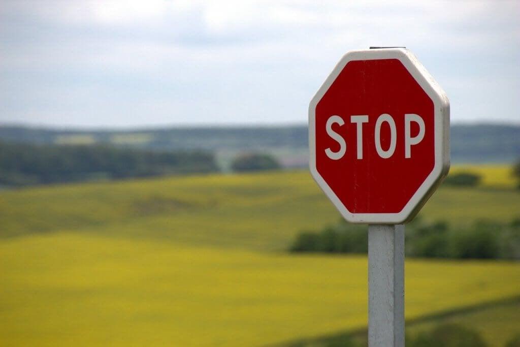 Placa de 'Pare' em estrada rural