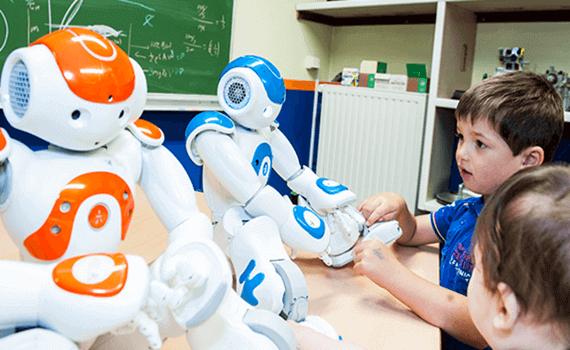 Crianças brincando com robôs