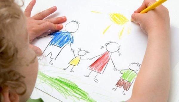 Criança desenhando sua família