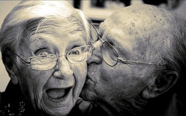 Casal idoso feliz