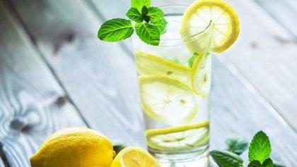 Por que deveríamos tomar um copo de água morna com limão pela manhã?
