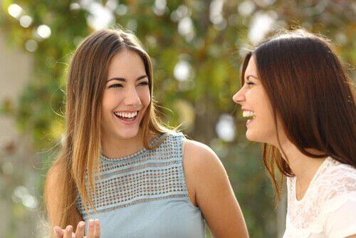 Amigas conversando e rindo