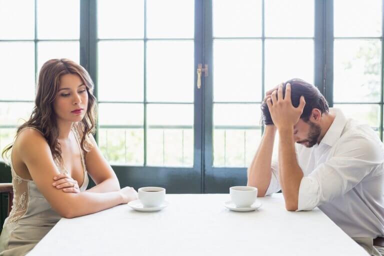 Casal discutindo em restaurante