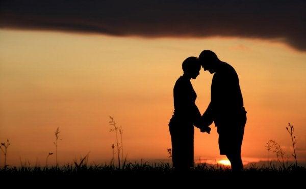 Casal com as testas unidas