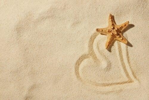 Coração desenhado na areia