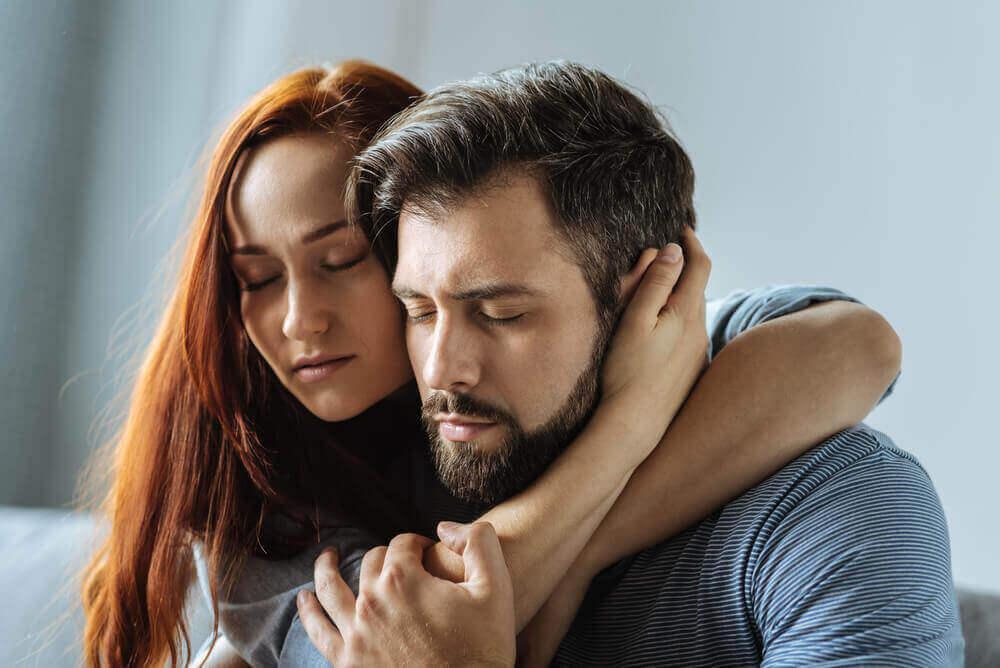 Casal superando os problemas juntos
