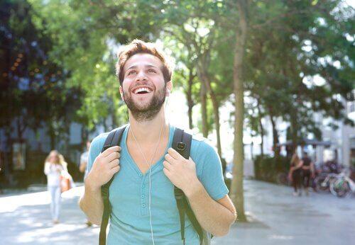 Homem caminhando com mochila nas costas