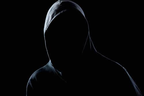 Como a personalidade de um agressor é construída?