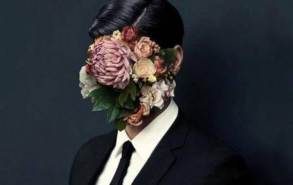 Pessoa com flores cobrindo o rosto