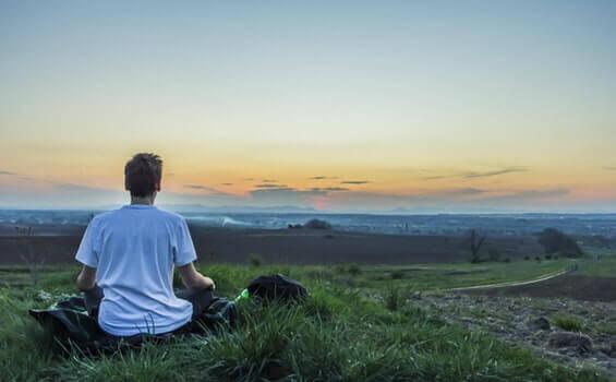 Homem meditando na natureza