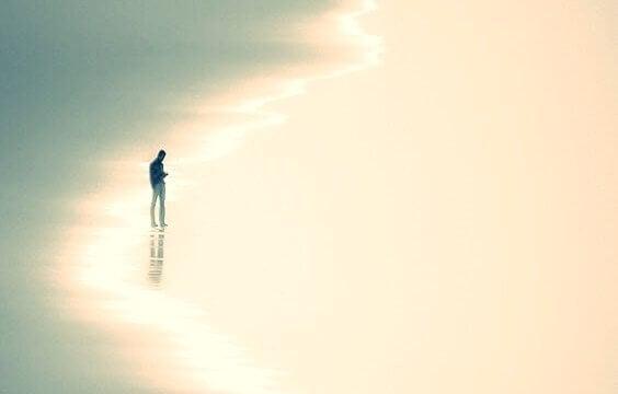Pessoa caminhando em praia