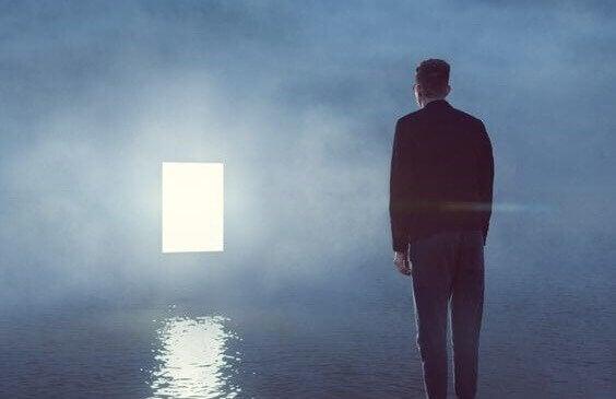 Homem olhando para janela iluminada